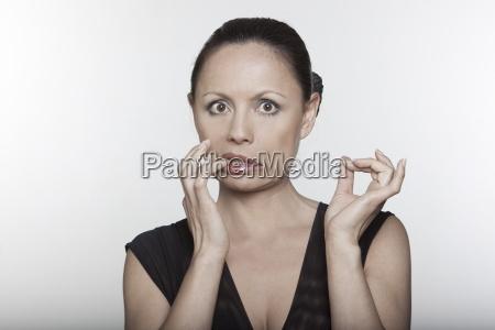 mujer gesto liberado femenino retrato humor