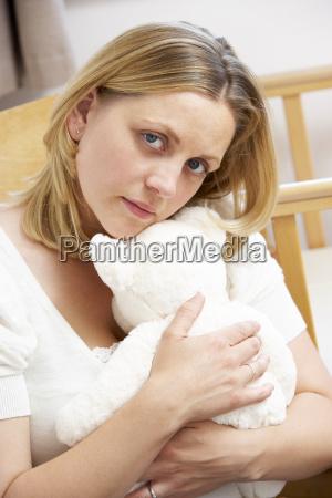 madre triste que se sienta en