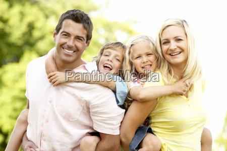 familia que se divierte en el