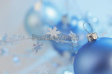 tres bolas azules de navidad