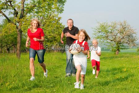 la familia juega pelota