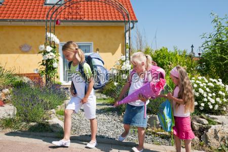 ninyos de camino a la escuela