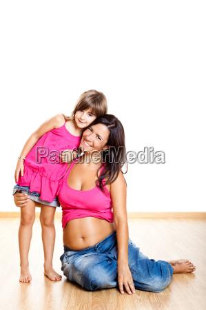 mujer embarazada con su hija
