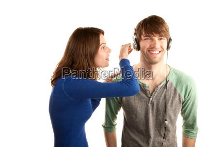 bastante joven interupts hombre con auriculares
