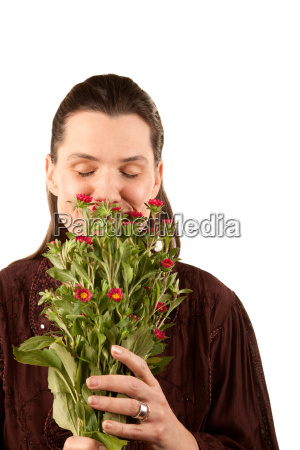 bonita mujer oliendo flores