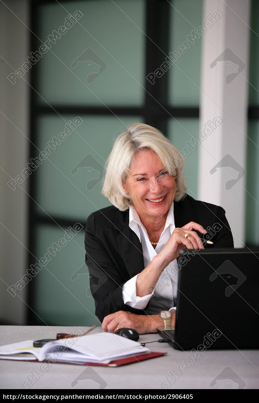 retrato, de, una, mujer, mayor, sonriente - 2906405