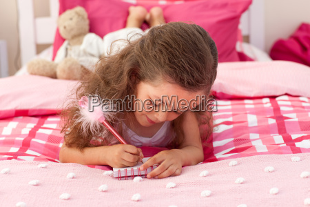 primer plano de una ninya escribiendo