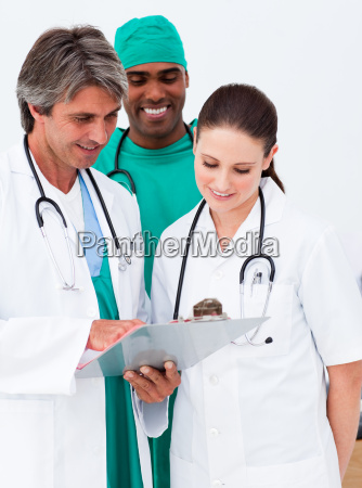 equipo medico que estudia un historial