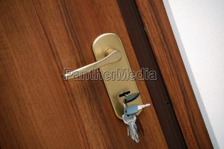 manija de la puerta con las
