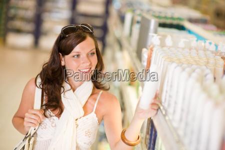cosmeticos de compras mujer sonriente elegir