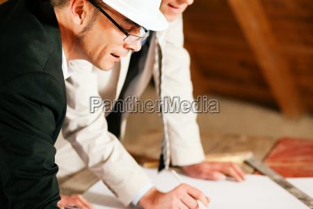 arquitecto e ingeniero civil discuten