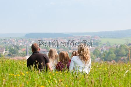 familia en el prado en primavera