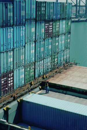 montones de contenedores en un astillero