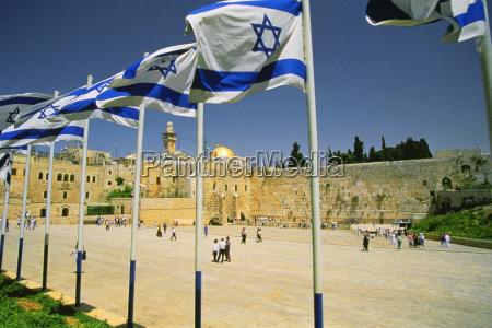 banderas israelies en un santuario y