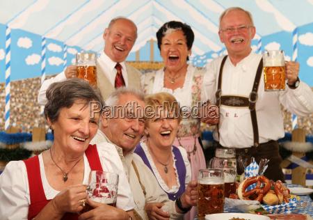 pensionistas en la tienda de la