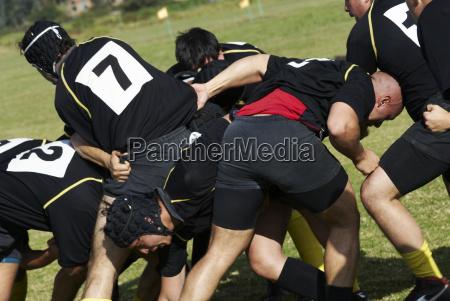 los jugadores de rugby jugando