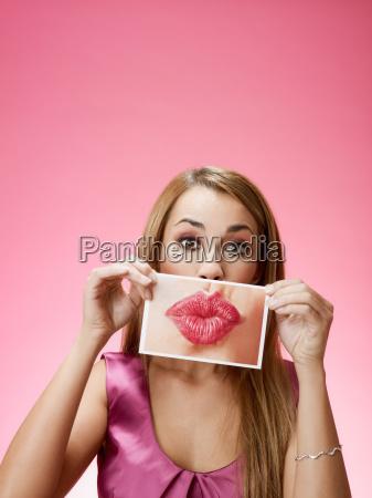 mujer que envia beso grande