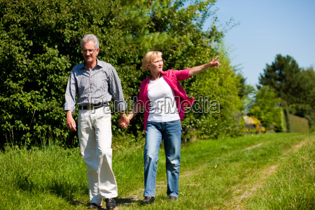 pareja mayor dando un paseo