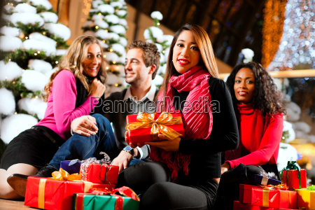friends shopping at christmas