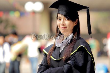 graduacion de la muchacha asiatica