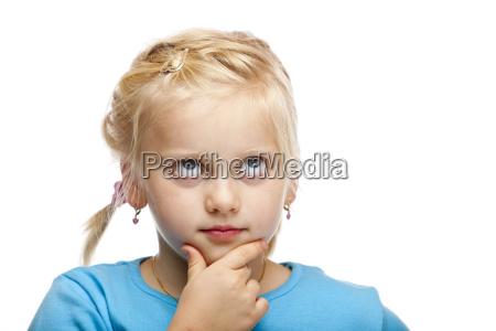 chica joven piensa