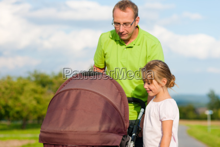 bebe caminar cochecito padres ninyo familia