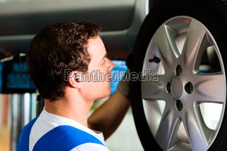 mecanico auto en su taller