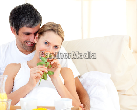 primer plano de la pareja desayunando