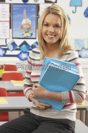 retrato de la maestra sentada en