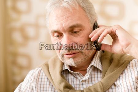 pensado hombre maduro mayor con telefono