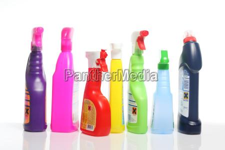 muchos coloridos suministros de limpieza en