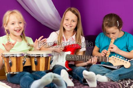 los ninyos hacen musica