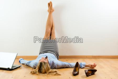 empresaria en casa en el suelo