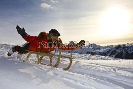 la mujer conduce trineos en paisaje