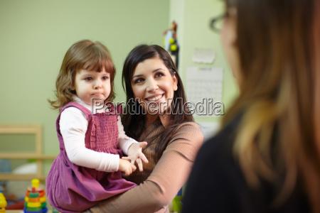 educadora y madre con ninyita en