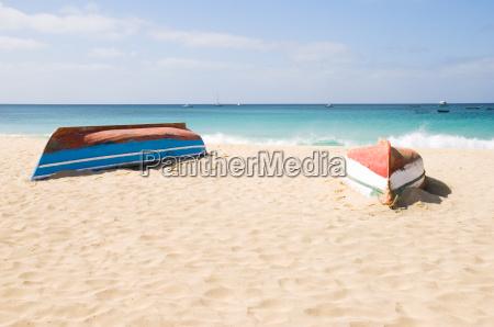 dos barcos en una playa