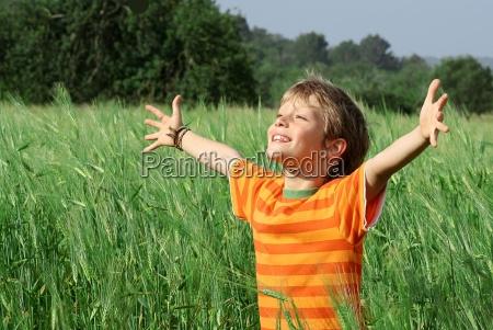 ninyo de verano feliz y saludable