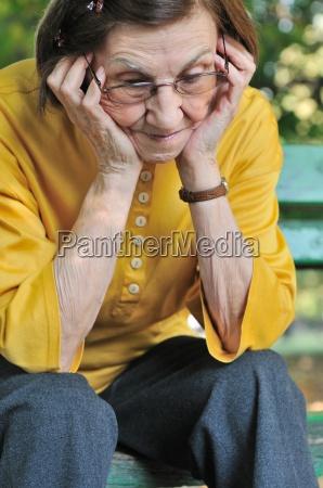 senior mujer preocupada