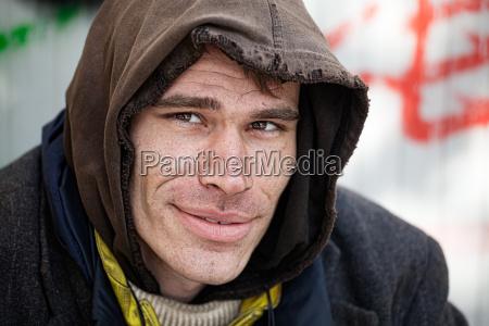 cara amistoso sin hogar hombre