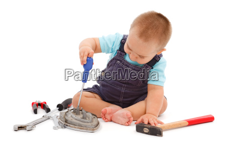 ninyo pequenyo jugando con herramientas