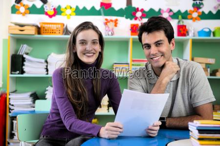 dos profesores en el aula
