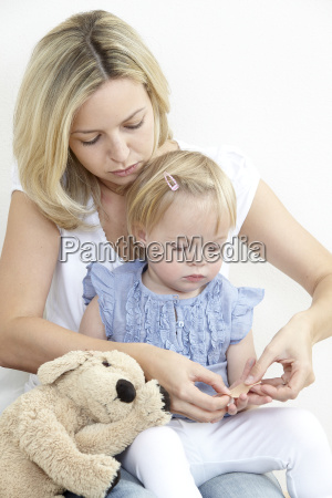 madre e hija con yeso