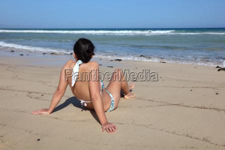 mujer joven en la playa fuerteventura