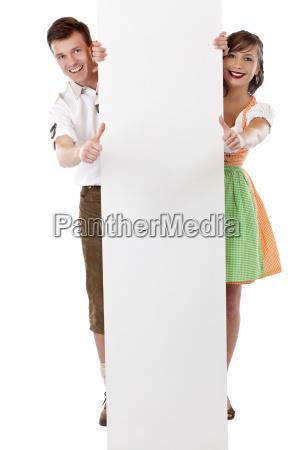 pareja con cartel publicitario muestra los