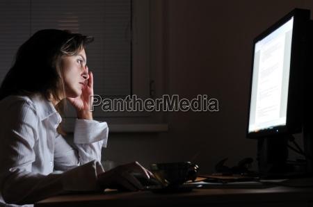 persona de negocios trabajando horas extras