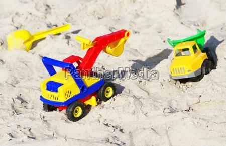 juguetes en la playa de arena