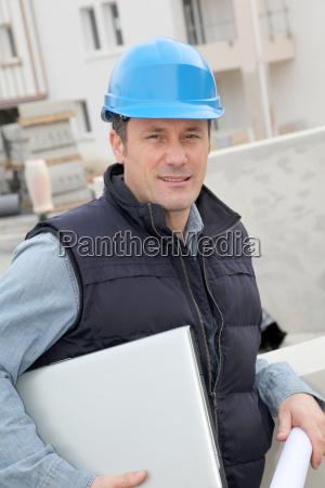 supervisor del sitio con casco de