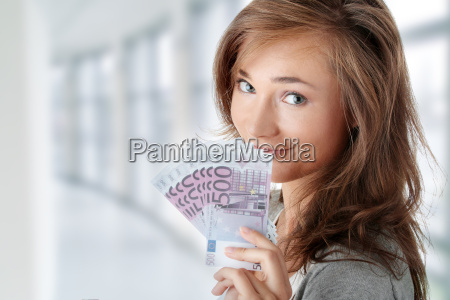 mujer sosteniendo billetes de euros