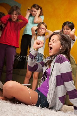 ninya canta en voz alta