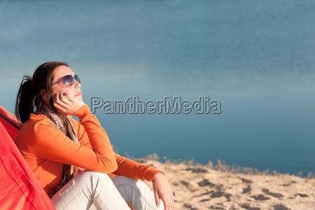 camping playa mujer por fogata en